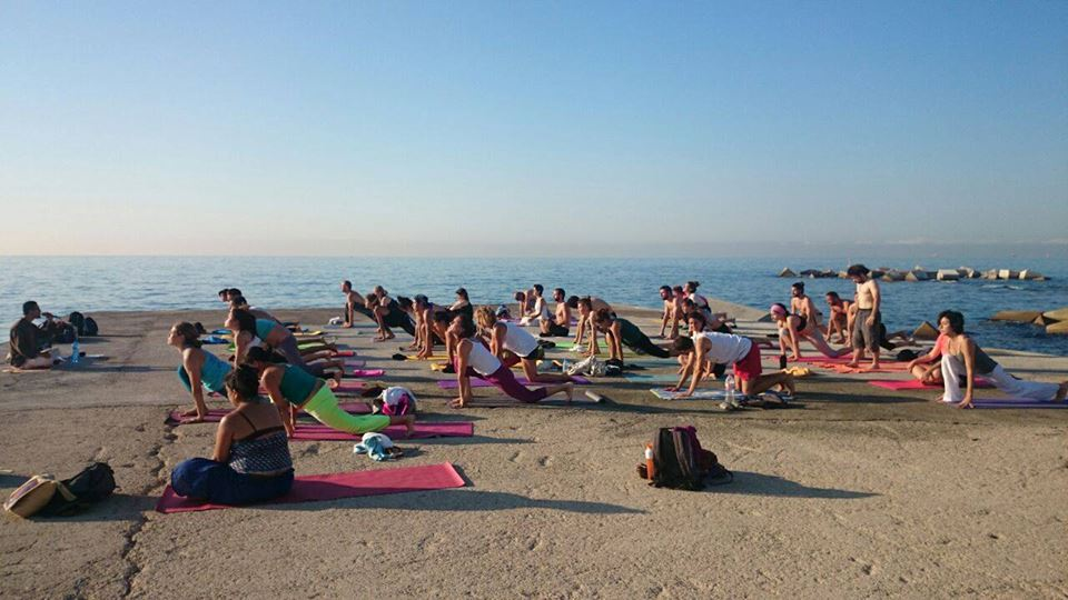 Yoga en la playa Barcelona yoga on the beach